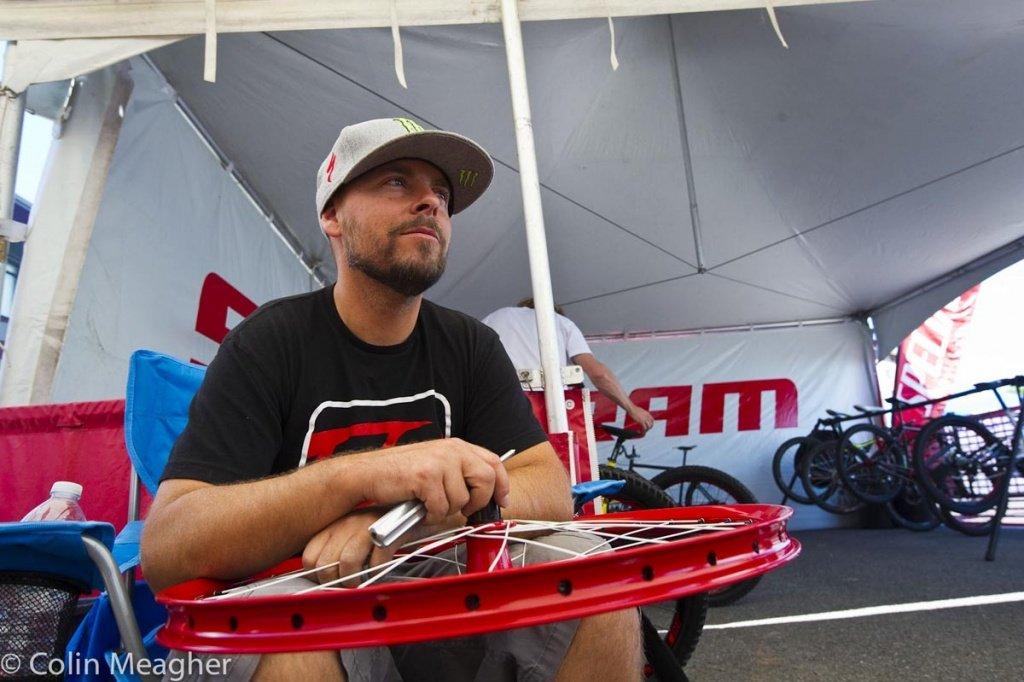 Er sorgt dafür, dass Sam Hills Bike in Bestform ist - Mechaniker Jacy Shumilak