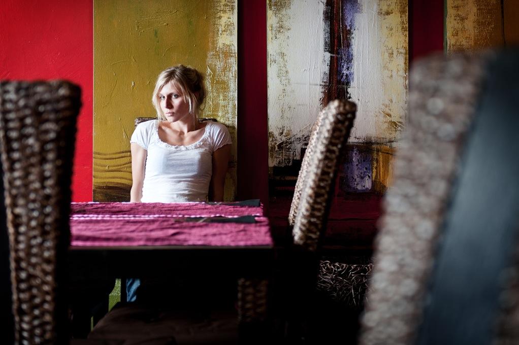 Julia inmitten von Innenarchitektur - Foto Philip Ruopp