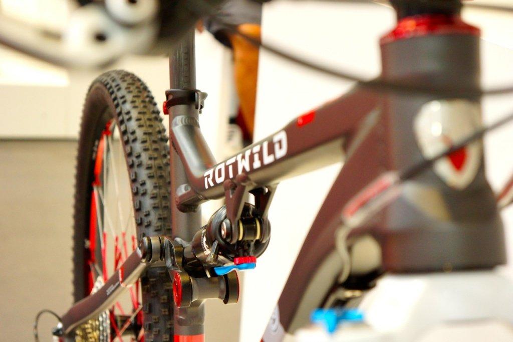 Auffällig groß dimensionierter Drehpunkt am XC-Bike
