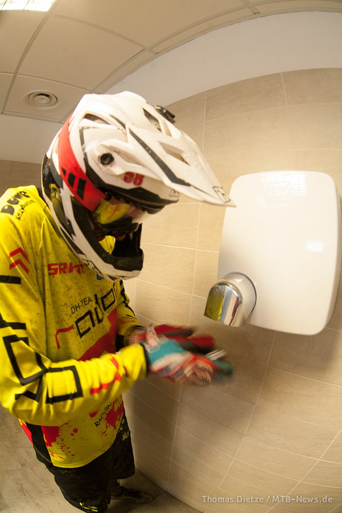 Andy Sieber: Hände wärmen nach der Liftfahrt