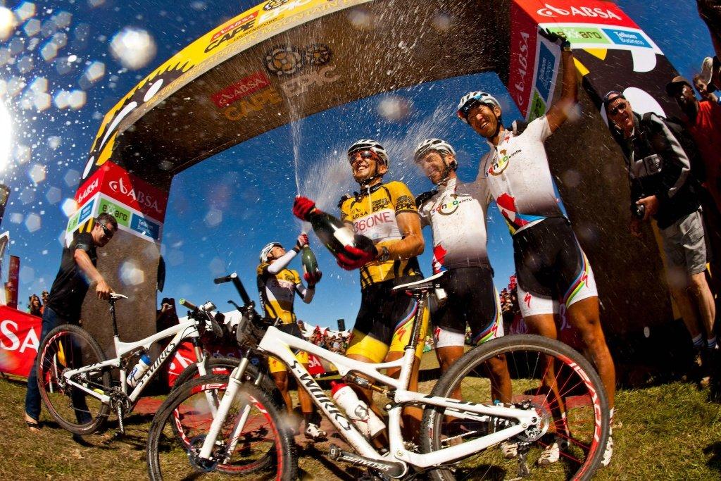 7. Etappe - Burry Stander und Christoph Sauser feiern mit Champagner