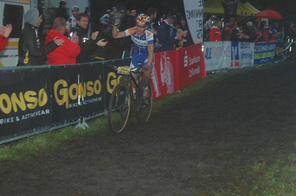 Fabian Giger freut sich über den Sieg,