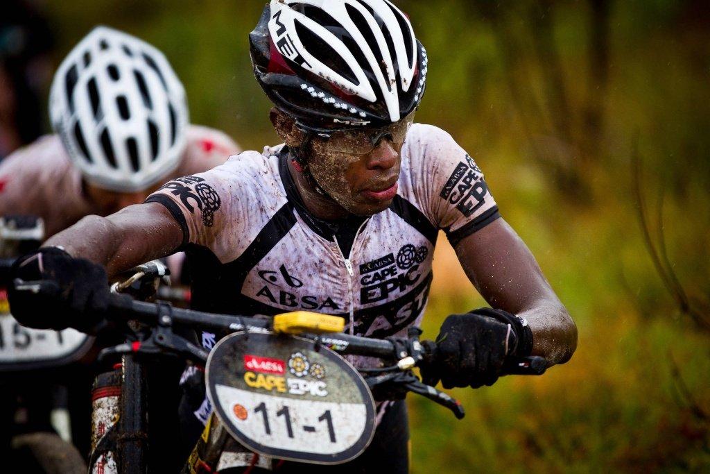 5. Etappe - Einzelfahrer Adrien Niyonshuti schiebt durch den Regen
