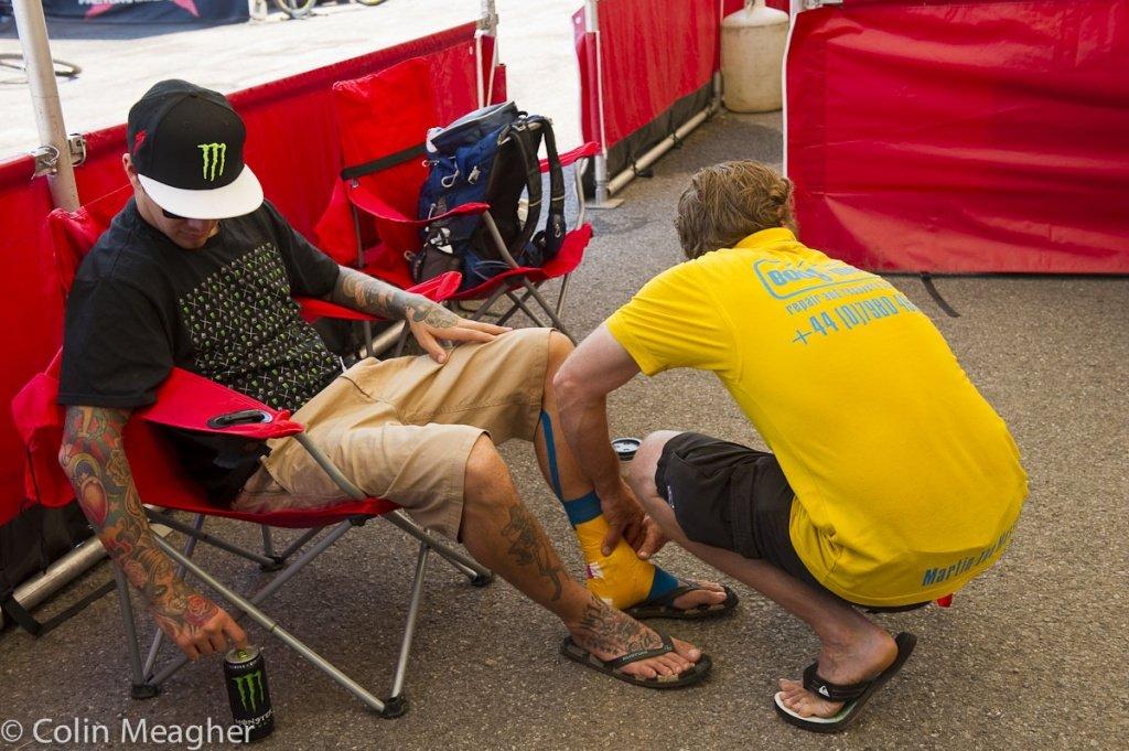 Sam Hill hatte sich in MSA den Fuß verstaucht - Martin der Masseur behandelt ihn