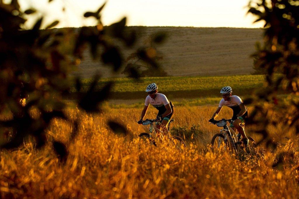 Prolog - Livio Tronchin und Ray O'Bree fahren durch goldene Landschaften