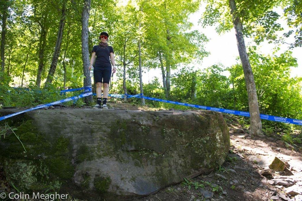 Emilie Siegenthaler steht am Fels-Drop. Die Landung dazu ist steil und besteht aus Geröll.