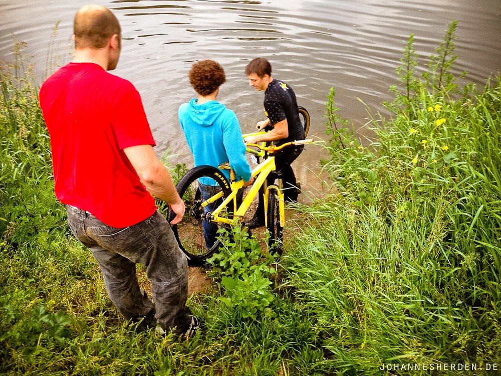 Bike waschen mal anderes: Mit echtem Neckar-Wasser in Monnem