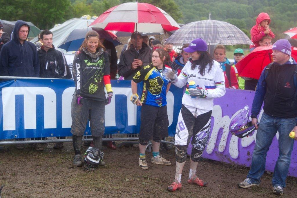 Steffi Marth, Katy Curd und Anneke Beerten warten auf die Siegerehrung