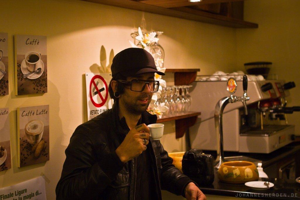 Sebas Romero genießt einen Espresso
