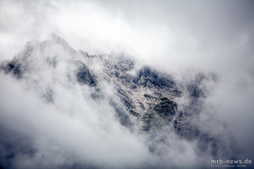 Wolkenverhangene Berge am Samstag