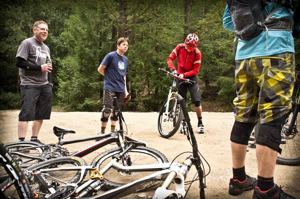 """17 Interessierte Locals: """"Ach, ist da etwa die neue Grip Shift dran?""""  - Foto: Adrian Marcoux"""