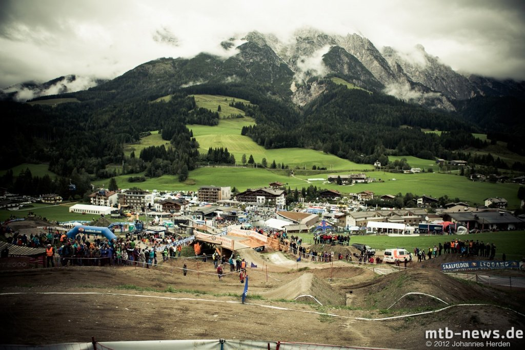 Wolkenverhangener Himmel ber Leogang
