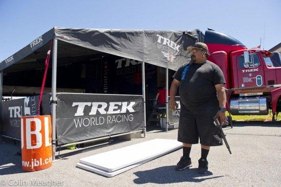 Geladen und gesichert: Monkey Vasquez schiesst die Trek-Zelte fest