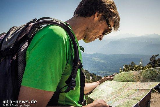 Kurz vor Erreichen der Zivilisation schaut Stefan noch ein letztes Mal auf die Karte - die Richtung stimmt und ein flacher, einfacher Trail führt uns am Hang entlang wieder zurück zum Ausgangspunkt.