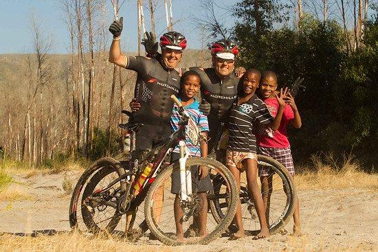 Stephen Roche (l) und Sven Thiele nehmen sich Zeit um mit Kindern zu Posieren - Greg Beadle-Cape Epic-SPORTZPICS