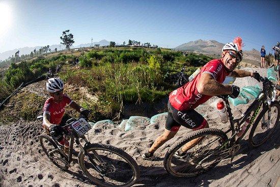 Joel Stransky an der Sanddüne - Karin Schermbrucker-Cape Epic-SPORTZPICS