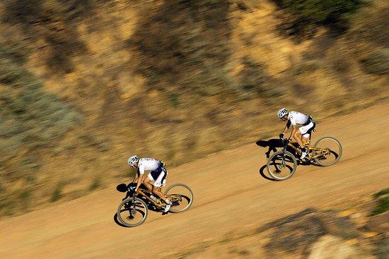 Das Burry Stander Songo Team fährt weiter durch die Doolhof Vineyards dem Ziel entgegen - Gary Perkin-Cape Epic-SPORTZPICS
