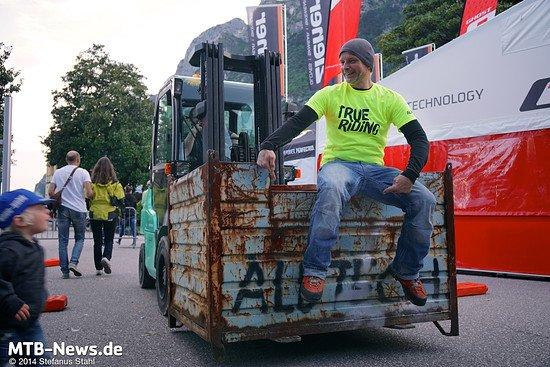 Schöner Zufall: Jürgen springt spontan auf den vorbeifahrenden Alutech-Stapler (der nichts mit ihm gemein hat, außer der Beschriftung)