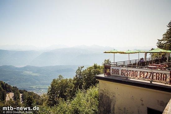 Oben angekommen: Der Blick ins diesige Tal lässt schöne Abfahrten erwarten, links im Bild die letzten Kehren des Mendelpass'.