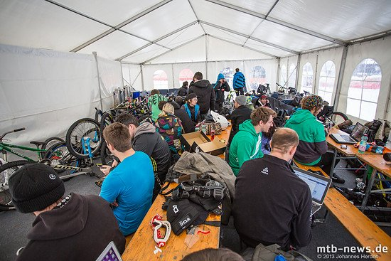 Fahrer und Journalisten im Zelt