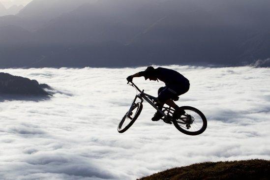Lensescape 2012: Gregor Thiel schießt David Graf hoch über dem Wolkenmeer