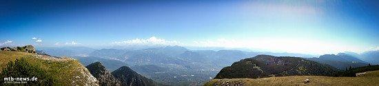 Panorama vom Monte Roèn aus: Links im Tal liegt Bozen, nach rechts erstreckt sich das Tal in Richtung Trento.