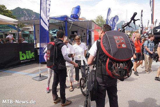 Der mitgelieferte Rucksack ohne (links) und mit Bike (rechts)