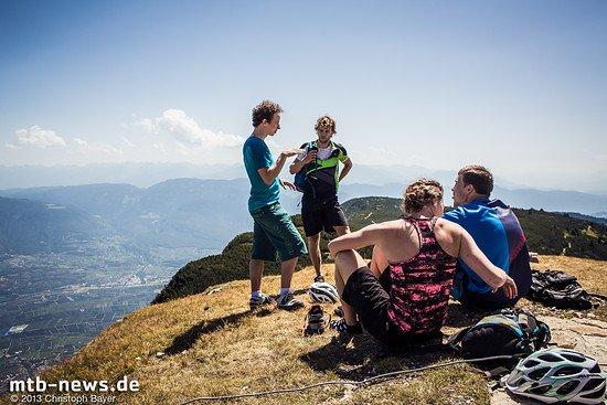 Fachsimpeln am Gipfel. In der gemütlichen Runde vergeht so manche Minute, während vor uns die steilen Abfahrten warten.