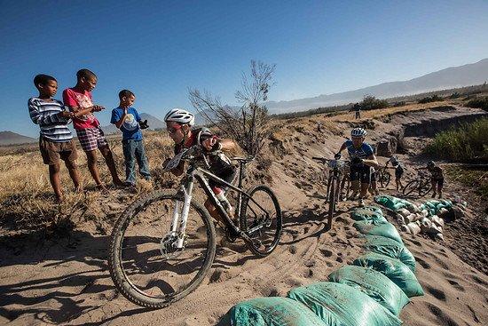 Endlich mal schieben! die Begeisterung über den Sandhang steht der Fahrering ins Gesicht geschrieben  - Karin Schermbrucker-Cape Epic-SPORTZPICS