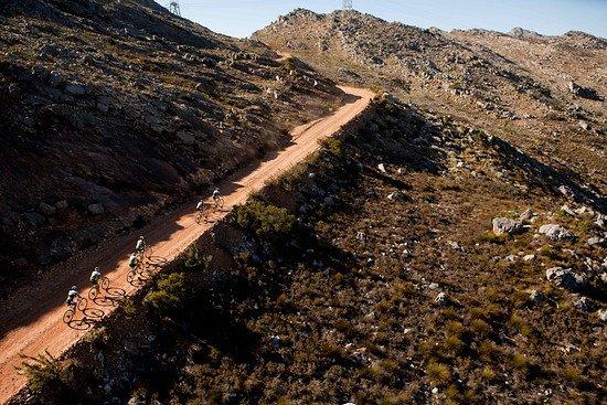 Die Verfolger kurbeln den Berg hinauf - Gary Perkin-Cape Epic-SPORTZPICS
