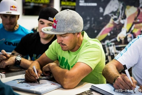 Guido Tschugg beim Autogrammeschreiben