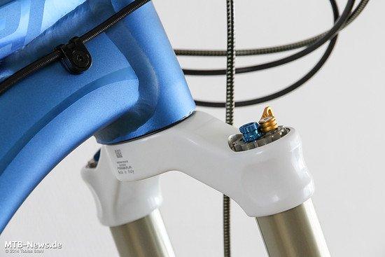 Die Einstellknöpfe für die Dämpfung: Druckstufe (blau) und Lock-Out (gold) können nach belieben mit ihrer Grundplatte gedreht werden, um die Ergonomie zu verbessern.