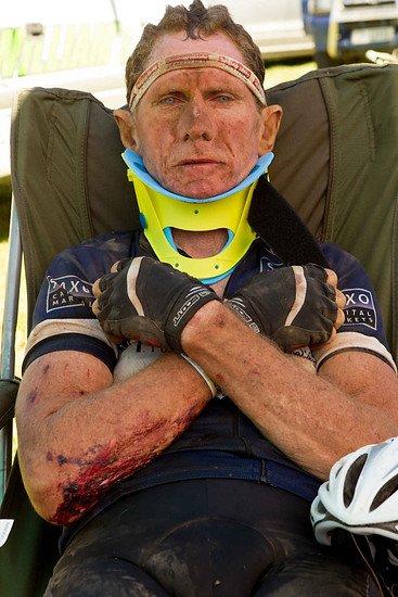 Linus van Onselen wartet nach einen Crash auf die Ambulanz - Greg Beadle-Cape Epic-SPORTZPICS