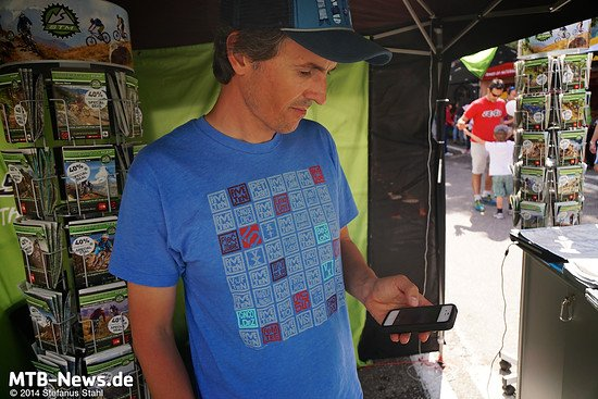 Stefan Becker mit dem neuesten Baby: Die eigenen Karten auch auf dem Handy
