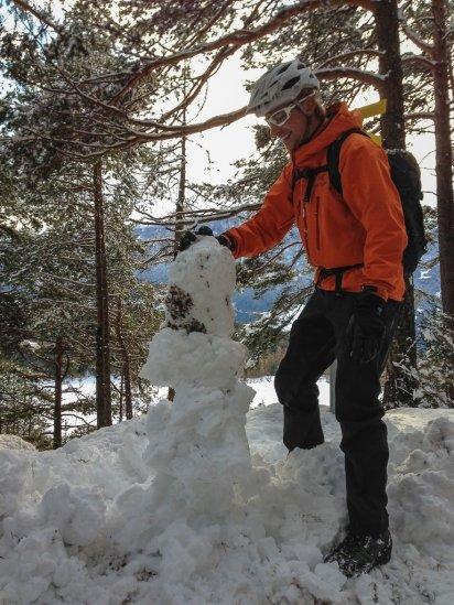 Harald Phillip baut einen Schneemann