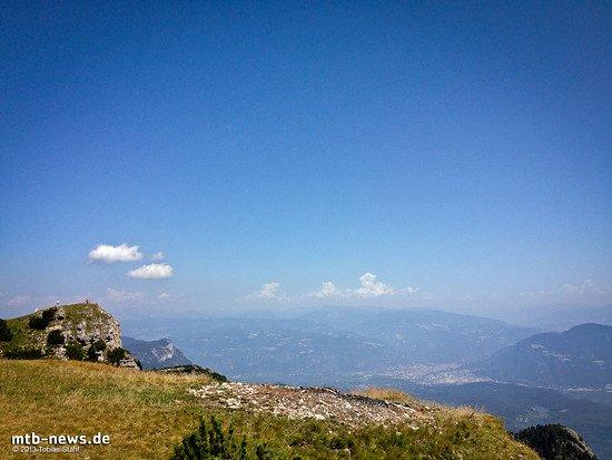 Fast 2.000 Höhenmeter trennen uns auf dem Gipfel des Monte Roèn stehend von Brixen. Der Ort Kaltern liegt am Fuße des zweiten Felsgipfels in der linken Bildhälfte.