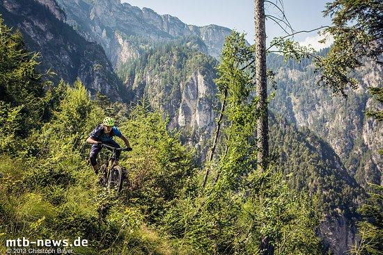 Im Hintergrund die Steilwand des Monte Roen, im Vordergrund Markus Reiser mit viel Spaß an den offener und schneller werdenden Trails.