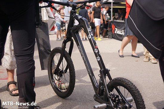Hochgelegtes Kinderrad? Nein, Abfahrtsroller für Wanderer