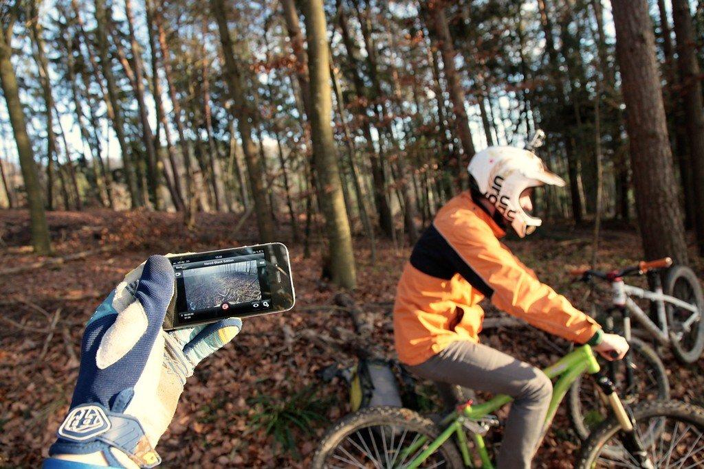Passt die Neigung der Helmkamera? Mit Smartphone lässt es sich überprüfen.