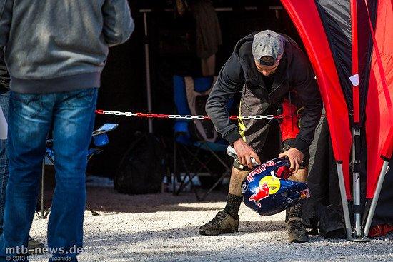 Wer diesen Helm trägt, der hat es im Extrem-Sport geschafft. Steve Smith pflegt seinen von Red Bull designten Fox-Helm