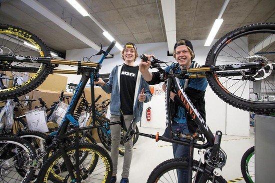 Thomas und Anton in der Werkstatt