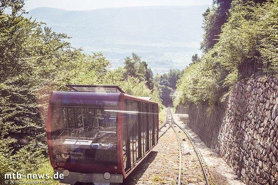 Im Tal verläuft nur gute 200m über dem Meer die Autobahn A22 von Bozen in Richtung Trento - in den Bergen hinter Kaltern geht es bis über steil 2.000m hinauf