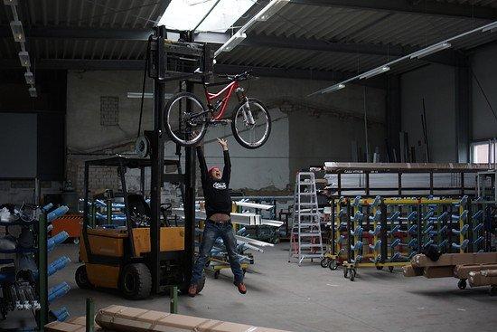Hier demonstriert uns Jürgen, wie sich in seinen Verkaufszahlen nach größeren Rädern gestreckt wird