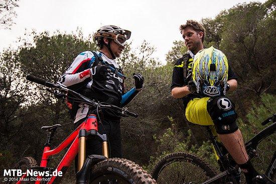 Der Team-Fahrer im Gespräch mit Michi Kull, Schwalbes Race-Support-Beauftragtem.
