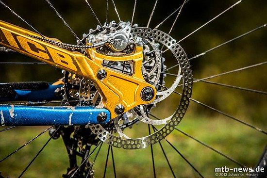 Auf dem Trail ermöglicht die 180mm Hinterradbremse eine sehr gute Dosierbarkeit und zu jeder Zeit ausreichend Bremsleistung.