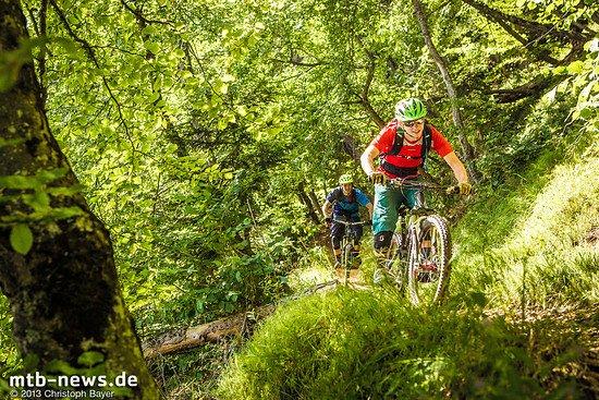 Tobias und Markus fegen dem Tal entgegen. Hier unten wird der Wald dichter, doch die Trails bleiben spannend, denn die steilen Felsbänder laufen ebenfalls bis ins Tal hinab.