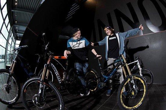 Thomas und Anton mit ihren neuen Bikes