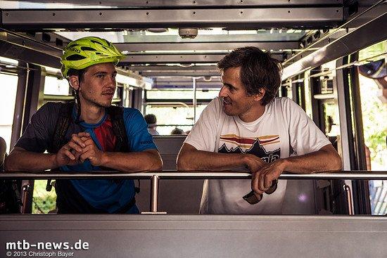 Enduro-Profi Markus Reiser (links) und Supertrail Map-Mann Stefan Becker (rechts) überlegen in der Bahn, welcher Gipfel zuerst in Angriff genommen werden soll.