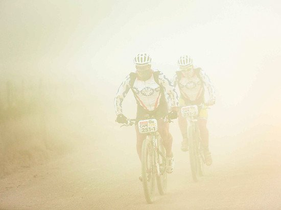 Durch den Staub: Warren Richards(vorne) and Sean Merredew(hinten)  - Sam Clark-Cape Epic-SPORTZPICS