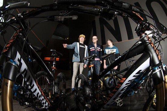 Thomas, Anton und Roman Arnold bei der ersten Bike-Übergabe